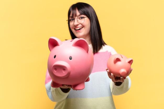 Плюс размер красивая женщина с копилкой. концепция экономии