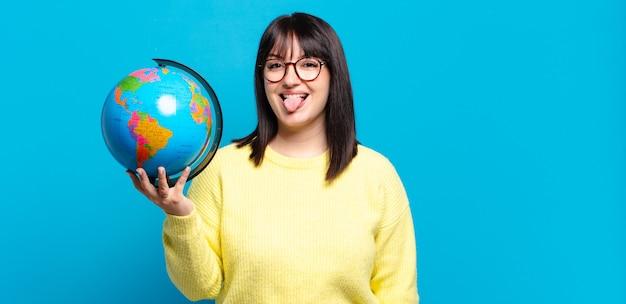 陽気な、のんきな、反抗的な態度、冗談を言ったり、舌を突き出したり、楽しんでいるプラスサイズのきれいな女性