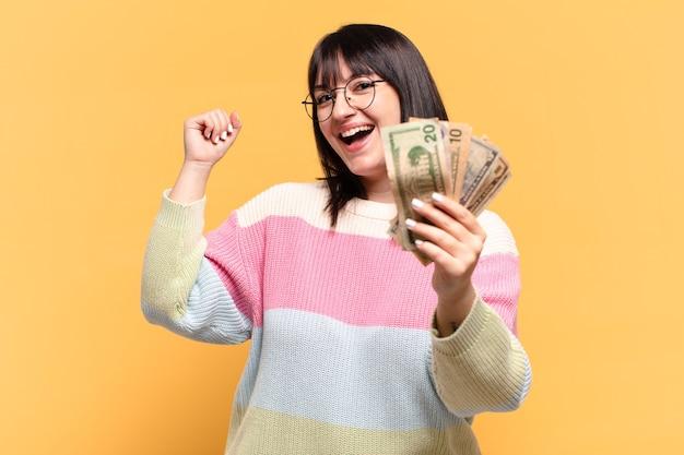 ドル紙幣のプラスサイズのきれいな女性