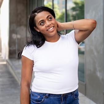 プラスサイズのtシャツ白のベーシックな女性のカジュアルウェアの屋外撮影