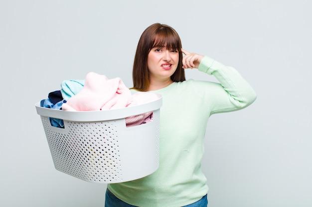 プラスサイズの女性は混乱して困惑していると感じ、あなたが狂気、狂気、または頭がおかしいことを示しています