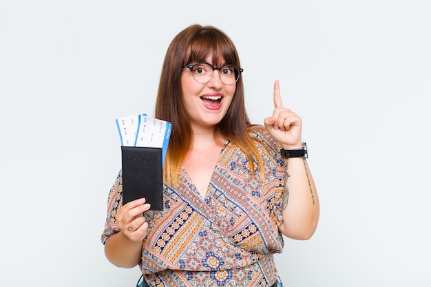 Женщина больших размеров, реализовавшая идею, почувствовала себя счастливой и взволнованной гением, весело подняв палец, эврика!