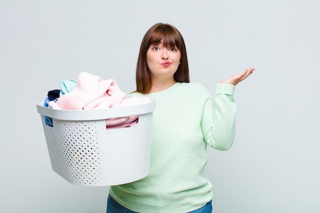 더하기 크기의 여성은 당혹스럽고 혼란스럽고 의심스럽고 가중치를 주거나 재미있는 표현으로 다른 옵션을 선택합니다.
