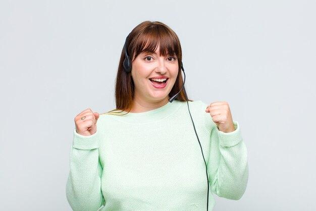 더하기 크기의 여성은 충격을 받고, 흥분하고, 행복하며, 웃고 성공을 축하하며 와우라고 말합니다!