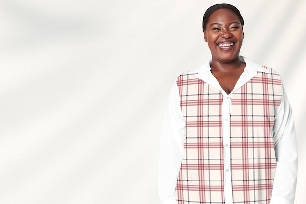 プラスサイズの女性モデルの白い格子縞のシャツのアパレル