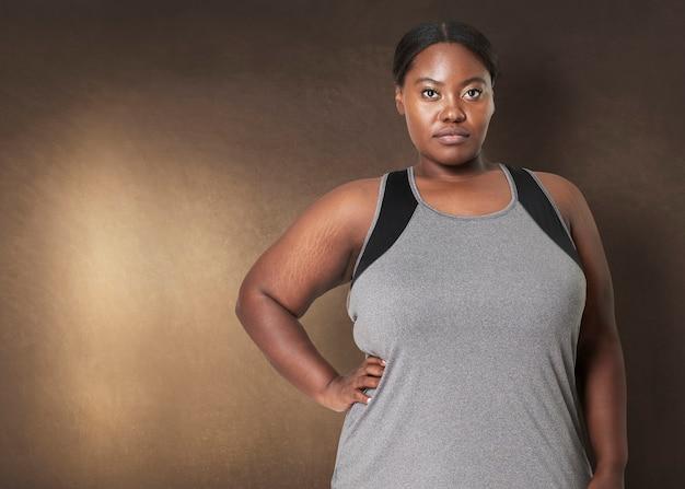 プラスサイズの女性がトレーニングスポーツウェアのアパレルでポーズをとる