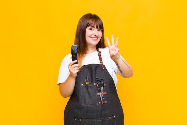 더하기 크기의 여성이 웃고 친절하게 보이고, 앞으로 손으로 세 번째 또는 세 번째를 보여주는, 카운트 다운