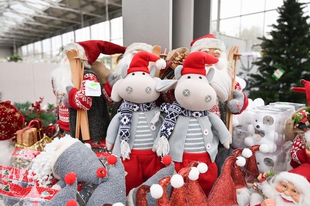 Плюшевые елочные игрушки на полке магазина.