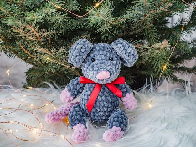 Плюшевая игрушка, новогодняя елка и елочные украшения