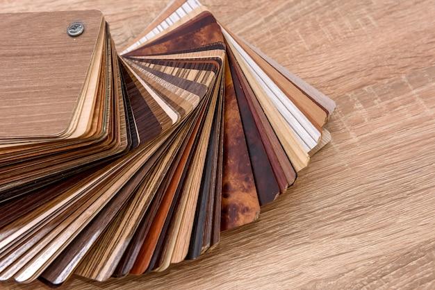 木製の机のファンの合板サンプラーをクローズアップ