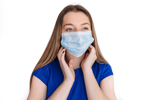 Женщина в маске защищает фильтр от загрязнения воздуха (pm2.5). защита от загрязнения, анти-смога и вирусов covid 19