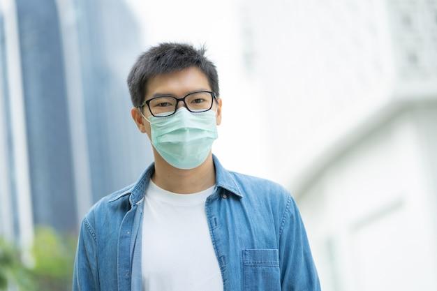 Красавчик в маске для лица защищает фильтр от загрязнения воздуха (pm2.5) или носит маску n95