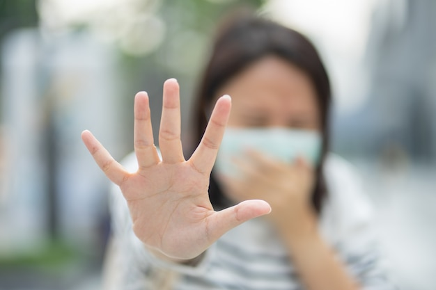 Женщина, носящая маску, защищает фильтр от загрязнения воздуха (pm2.5) или носит маску n95.
