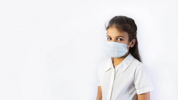 Коронавирус и концепция загрязнения воздуха. маленькая индийская или пакистанская девушка в маске для защиты pm2.5. изолированные