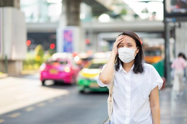 Женщина в маске защищает фильтр от загрязнения воздуха (pm2.5)