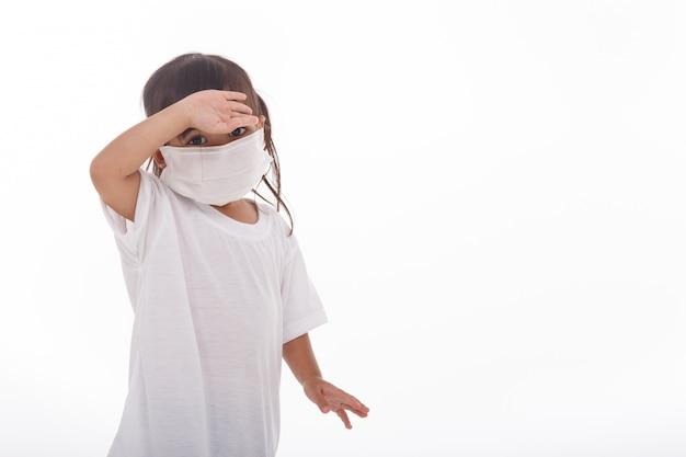 ウイルスpm2を防ぐためにマスクを身に着けているアジアの女性。