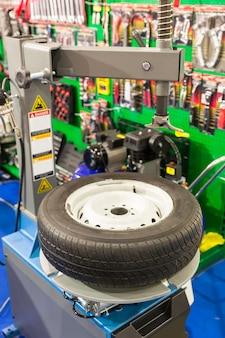 타이어 서비스 용 공압 기계, 휠에서 타이어 제거