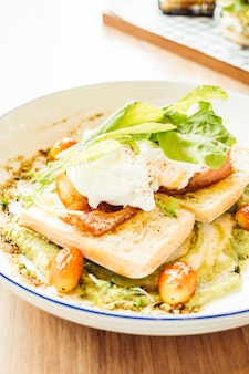 Poached egg with avocado sauce
