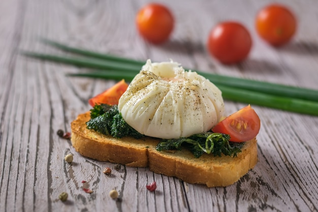 パン、トマト、ネギのポーチドエッグ。ポーチドエッグとベジタリアンスナック。