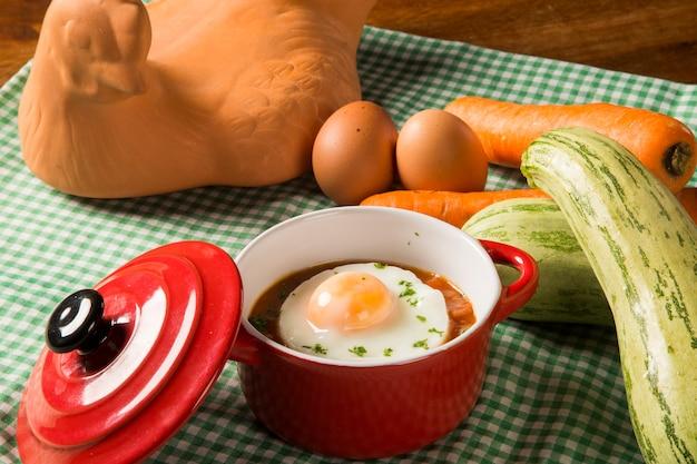 木製スペースのトマトソースのポーチドエッグ