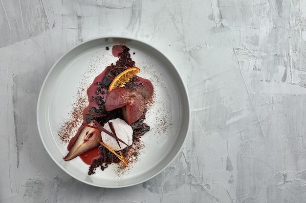 Груша-пашот с мороженым в соусе из красного вина