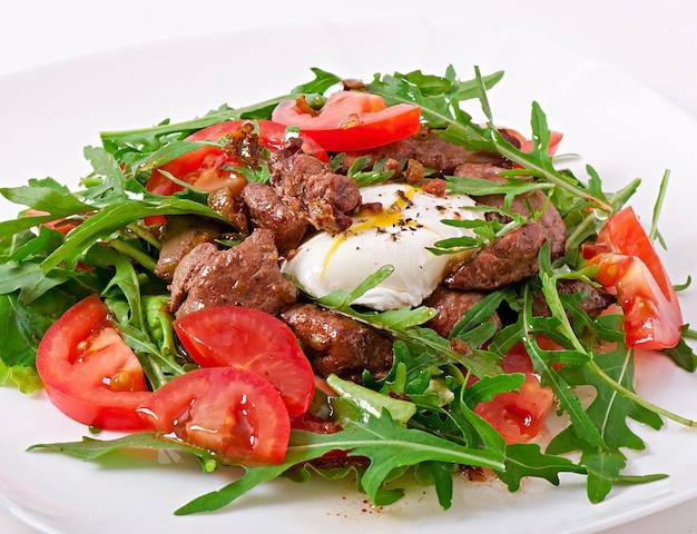 Смешанный салат с куриной печенью и яйцом pochet