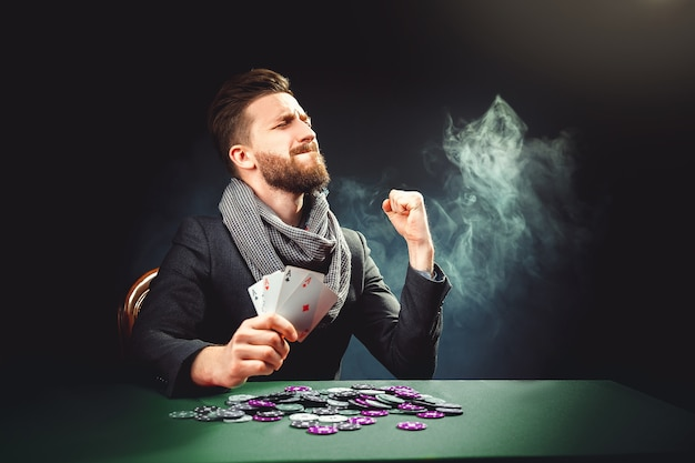 Игрок в покер с картами выигрывает игру