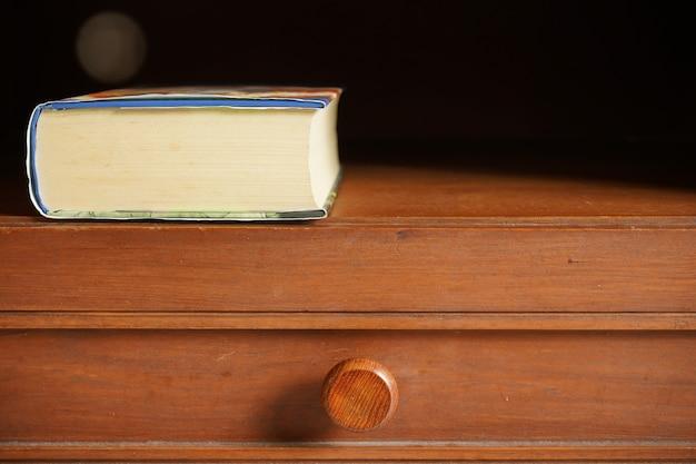 テキストまたは仕事のためのスペースが付いている木製のキャビネットのポケットブック