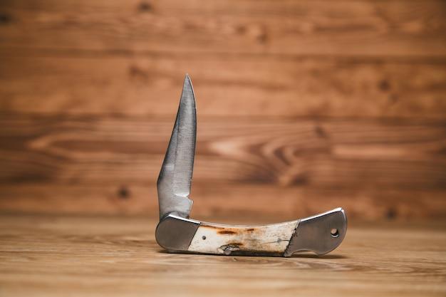 テーブルの上のポケットナイフ