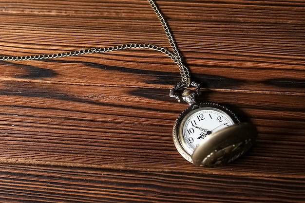 木製の表面に懐中時計