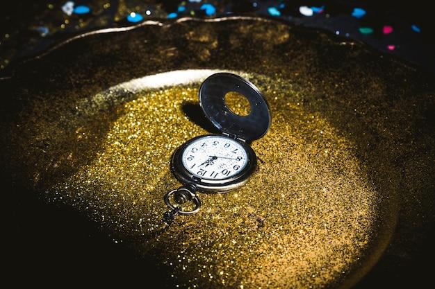 Карманные часы на тарелке с блестками