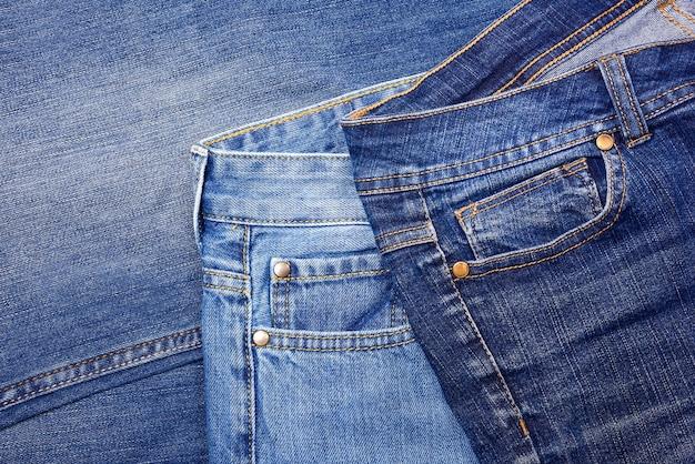 Карманы разных джинсов крупным планом.