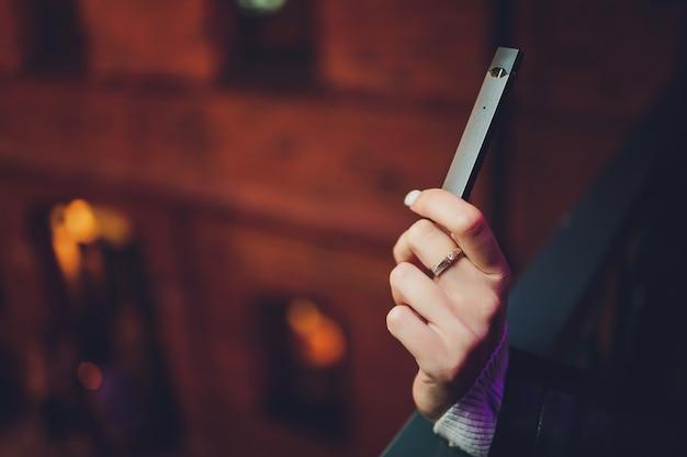 Podまたはウルトラポータブルシステムvapeは、最新の電子タバコ技術です。podvapeは白い背景の上に分離されています。