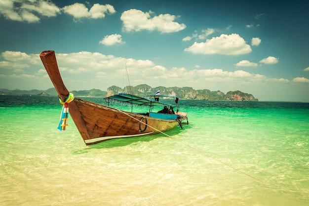 Пляж острова пода в краби в таиланде