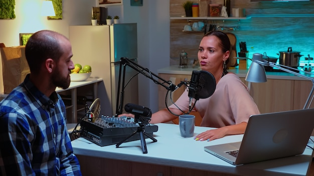 Presentatore di podcast e ospite che discutono sull'importanza dell'autostima. spettacolo online creativo produzione in onda trasmissione su internet host in streaming di contenuti live, registrazione di social media commun