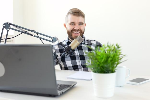 Podcasting, dj 및 브로드캐스트 개념 - 라디오 방송국의 발표자 또는 호스트가 라디오 쇼를 주최합니다.