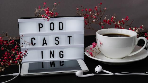 팟캐스트 레터링. 헤드폰 휴대 전화입니다. 드라이 핑크 꽃 장식입니다. 직장. 블랙 커피. 팟캐스터, 팟캐스트 오디오북