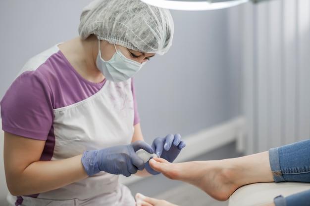 足病医。足と爪の治療。