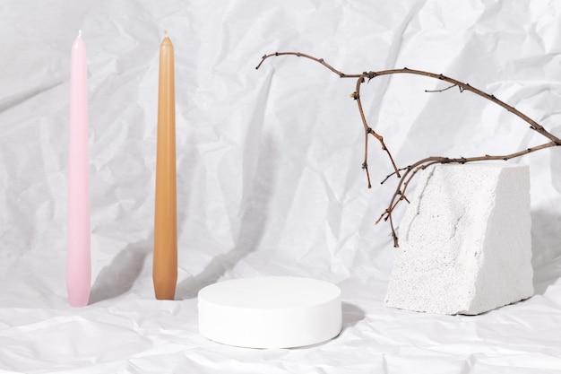 포장 프레젠테이션 및 화장품을 위한 연단입니다. 흰색 콘크리트 질감의 제품 디스플레이. 흰색 깨끗한 흑백 이미지