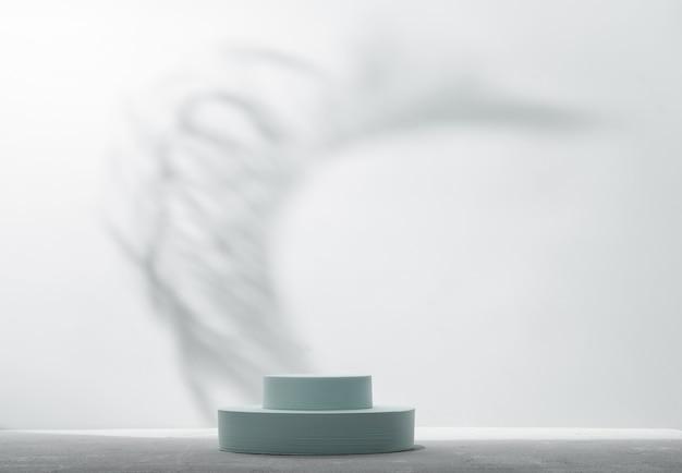 Подиум для презентации продукции с естественными тенями на фоне