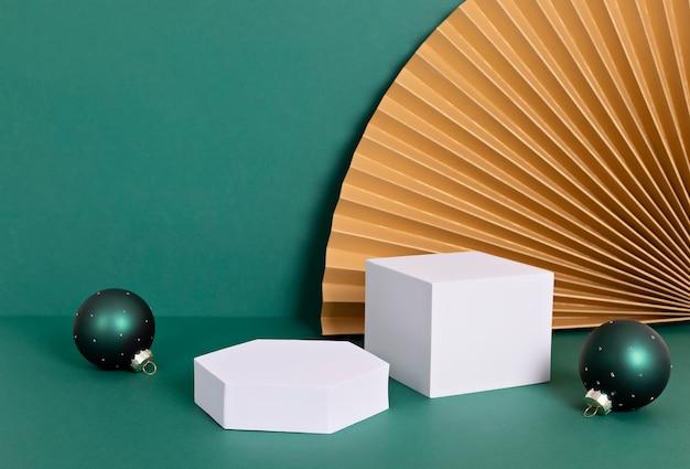 제품 발표를위한 연단, 스탠드, 플랫폼. 종이 팬과 크리스마스 장식.
