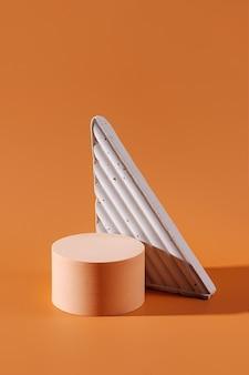 화장품을 보여주는 기하학적 콘크리트 그림이 있는 연단. 브랜딩 및 포장 프레젠테이션을 위한 베이지색 배경입니다.