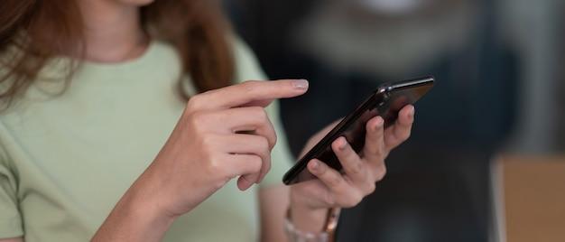 화면 휴대 전화 근접 촬영에 손가락을 가리키고, 사람이 손에 휴대폰을 사용하여 문자 메시지 소녀에게 문자 메시지를 보내고, 온라인 인터넷을 닫습니다.