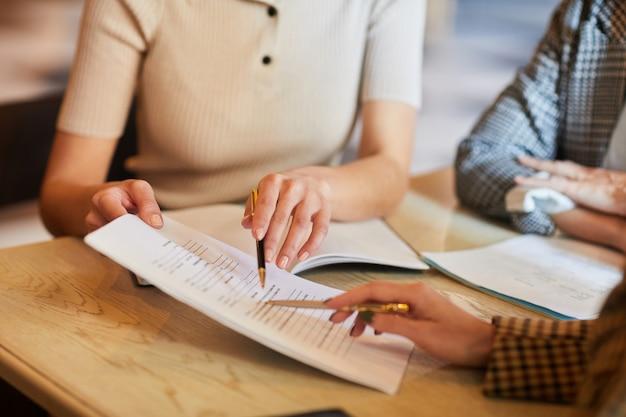 Указывая на деловой документ