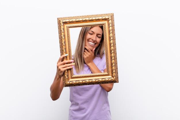 満足、自信、そして友好的な笑顔でカメラを向け、あなたを選びます
