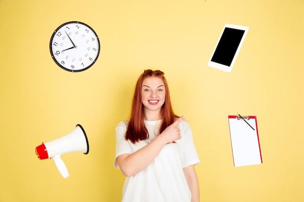 가리키고, 선택합니다. 노란색 스튜디오에 백인 젊은 여자의 초상화