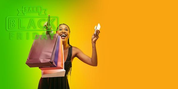그라데이션 스튜디오 backgound에 네온 불빛에 젊은 아름 다운 여자의 초상화 선택을 가리키는