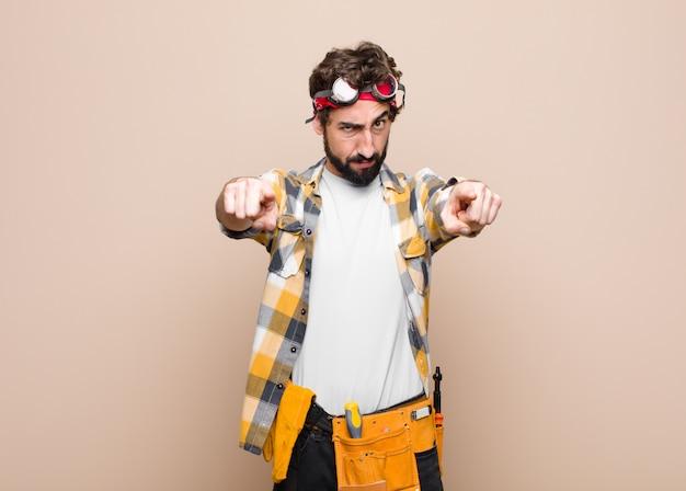 Указывая пальцем на камеру двумя пальцами и выражением злости, говоря вам, чтобы вы выполняли свой долг