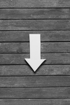 Freccia appuntita su fondo in legno