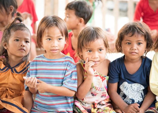 Poipet cambodiaのスラム街のカンボジアの子供たち。